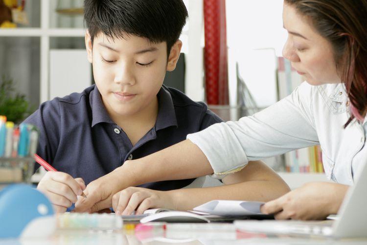 Ilustrasi siswa belajar didampingi orang tua   Sumber: shutterstock via biz.kompas.com