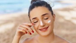 Ilustrasi mengaplikasikan sunscreen (sumber: sehatq.com)