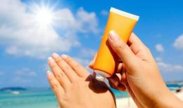 Ilustrasi mengaplikasikan sunscreen (sumber: orami.co.id)