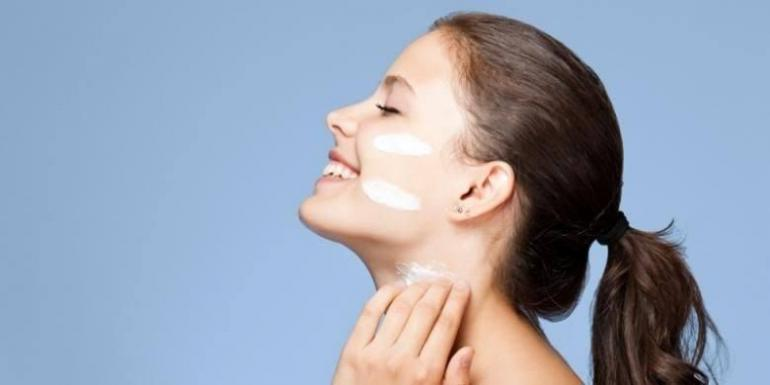 Ilustrasi perempuan yang mengaplikasikan sunscreen (sumber: lifestyle.kompas.com)
