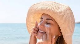 Ilustrasi mengaplikasikan sunscreen (sumber: fimela.com)