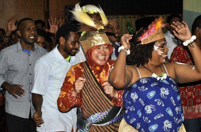 Bu Risma saat mendapatkan gelar Mama Papua pada tahun 2017 lalu. Sumber: Jawa Pos