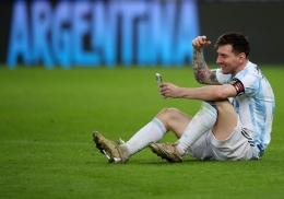 Lionel Messi berbincang dengan keluarganya via video call usai membawa Argentina juara Copa America 2021/Foto: Reuters/Ricardo Moraes