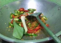 Menumis cabe, tomat dan bumbu pelengkap lainnya   Foto: Siti Nazarotin