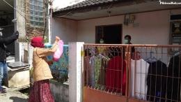 Seorang Warga Yang Memberikan Bantuan Makanan Untuk Keluarga Yang Isolasi Mandiri. Sumber Situs Pikiran Rakyat