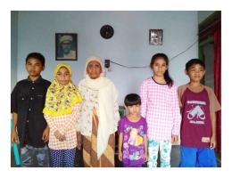Almarhumah Nenek Habibah Daud bersama para Cicitnya. Foto: Hilman Idrus