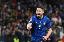 Gelandang Italia Jorginho berselebrasi setelah mencetak gol kemenangan dalam adu penalti selama pertandingan semifinal Euro 2020 antara Italia vs Spanyol di Stadion Wembley di London pada 6 Juli 2021.(AFP/JUSTIN TALLIS via kompas.com)