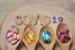 ilustarsi obat-obatan yang dibutuhkan ketika isolasi mandiri. (sumber: SHUTTERSTOCK/BooDogz via kompas.com)