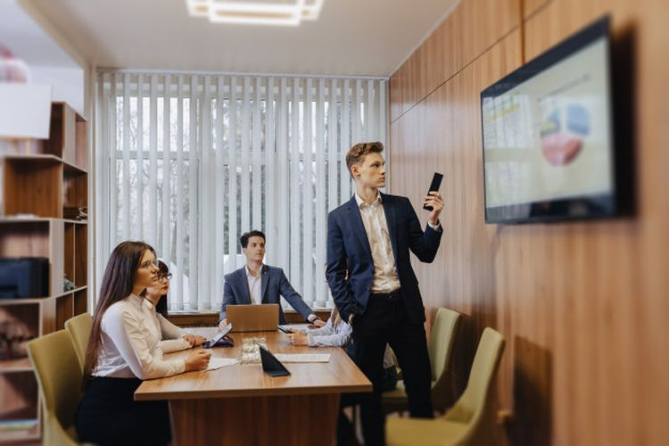 Ilustrasi Seorang Pemateri yang Sedang Melakukan Presentasi di Depan Audiens - Sumber: kompas.com