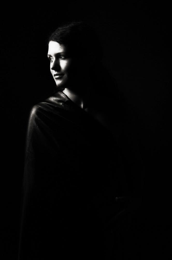 Ilustrasi sosok perempuan berpose dalam gelap (Foto: ractapopulous Via Pixabay)