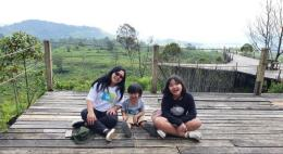 Saya dan anak-anak menikmati alam Ciwidey di Teras Bintang (Foto : dokpri)
