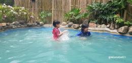 Anak-anak berendam di VIP pool Maribaya (Foto : dokpri)