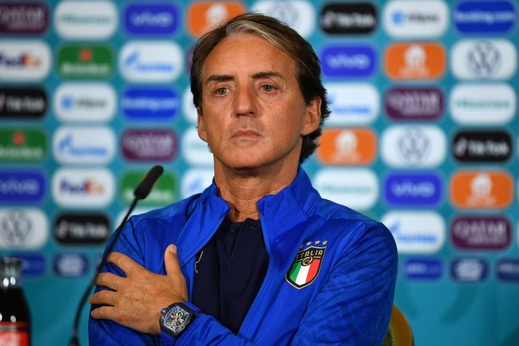 Roberto Mancini berbicara kepada media pada sesi konferensi pers jelang laga Grup A Euro 2020 antara Italia kontra Swiss di Stadion Olimpico, 15 Juni 2021. Foto: UEFA via Kompas.com