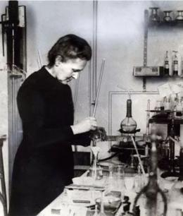 Marie Curie di laboratorium kimianya di Institut Radium di Prancis, April 1921. Sumber: https://www.lindau-nobel.org/marie-curies-american-adventure/