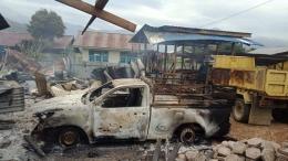 Sejumlah kendaraan dan bangunan yang rusak imbas kerusuhan di Dogiyai, Papua, 15/7/2021 (detik.com).