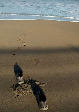 Sepatu jogingku sayang tertinggal saat aku menyelam mencari bayang indahmu (gurujiwa)