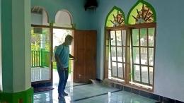 Penyemprotan disinfektan di masjid