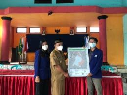 Penyerahan Peta Penggunaan Lahan Desa Glanggang dengan Kepala Desa (Dokumentasi Pribadi)