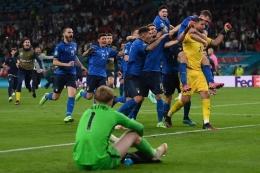 Kiper Italia Gianluigi Donnarumma (kanan) dan rekan setimnya berselebrasi setelah menjuarai Euro 2020 antara Italia vs Inggris di Stadion Wembley di London pada 12 Juli 2021 lewat adu penalti. (Foto: AFP/LAURENCE GRIFFITHS via kompas.com)