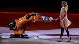 Robot KUKA selama Upacara Pembukaan Paralimpiade Rio tahun 2016.   bbc.com