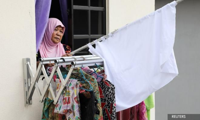 Di Indonesia, bendera putih yang berkibar bukan tanda meminta bantuan, tapi sebagai tanda berkabung karena ada kematian (reuters/malaysiakini.com)