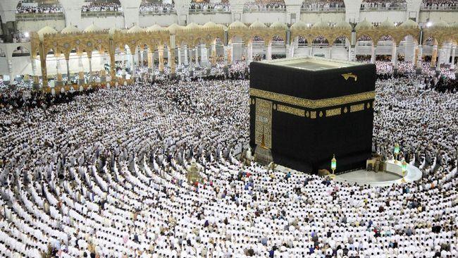 Foto Ilustrasi : CNN Indonesia (pekaksanaan ibadah haji tawaf di depan ka'bah)