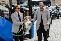 Roberto Mancini dan Chiellini memegang trofi Euro (Foto Football Italia)