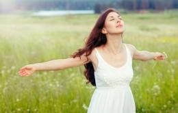 Menghirup udara segar di alam terbuka (sumber: prosehat.com)