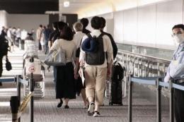Eksodus WN Jepang dan keluarga tiba di Bandara Narita setelah meninggalkan Indonesia (sumber: Kyodonews.net)