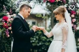 Foto pernikahan diambil dari Stutterstock.com