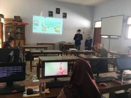 Pemberian materi dilakukan oleh mahasiswa KKN UM dengan mengunakan proyektor (Dokpri)