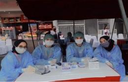 Zahra (kanan) mencari pengalaman sebagai relawan vaksin. foto dok pribadi.