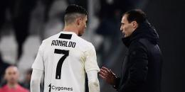 Massimiliano Allegri sedang berbicara dengan Cristiano Ronaldo (MARCO BERTORELLO / AFP) via Kompas.com