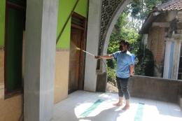 (Dokumentasi penhyemprotan cairan disinfektan di seluruh ruangan masjid)|Dokpri