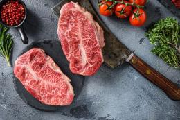 ilustrasi daging sapi | sumber: Shutterstock/Ilia Nesolenyi