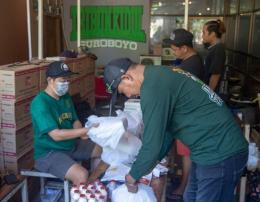 Para relawan Tribun Kidul mengemas nasi kotak dan dan obat pasien isoman (Smekdors)