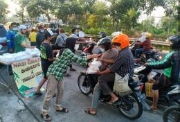 Siswa-siswi SMK Dr. Soetomo berbagi nasi bungkus (Smekdors)