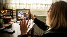 Seorang Ibu video call dengan keluarga saat Istirahat. Sumber: istockphoto
