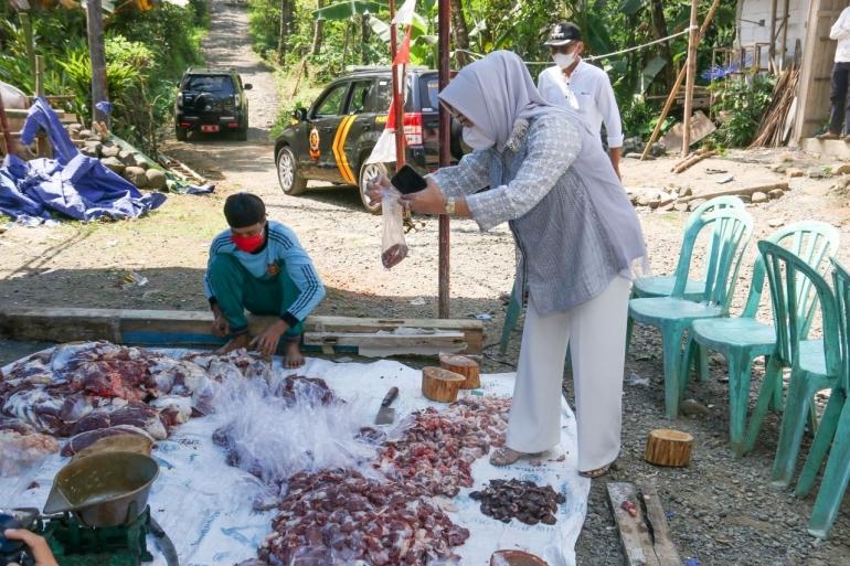 Bupati Purbalingga Ikut Bagikan Daging Kurban, Selasa (20/7/2021)/dok. Humas Pemkab