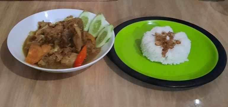 Tongseng Kambing dan sepiring nasi bertoping bawang goreng, dokpri Yuliyanti