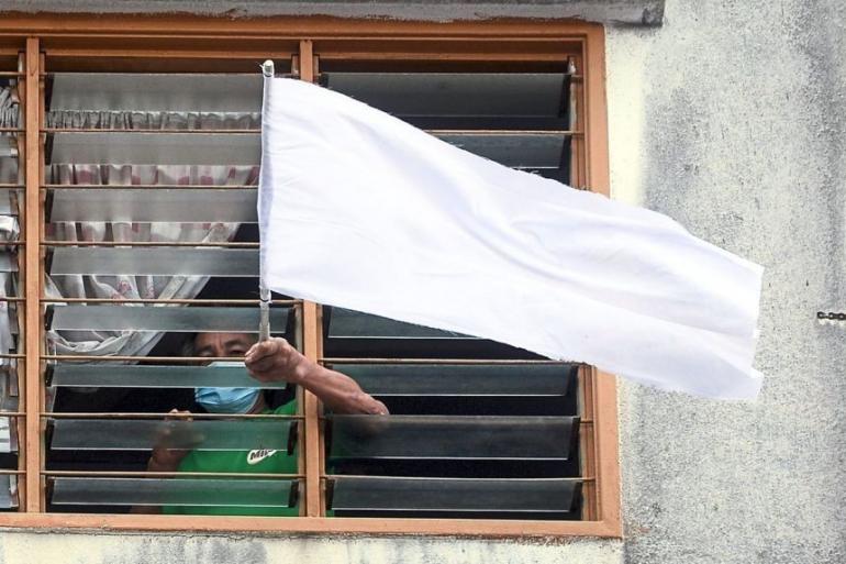Warga Malaysia kibarkan bendera putih. foto the straits times
