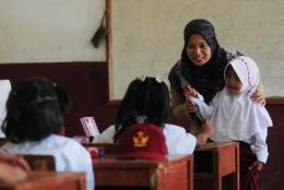 Gambaran seorang guru sedang mengajar di depan kelas (republika.com)