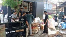 Pemilahan sampah di Bank Sampah Srayan Makarya Purwokerto. | Dokpri