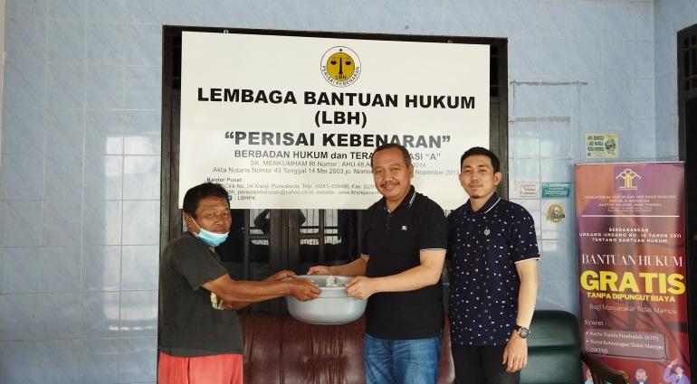 SERAH TERIMA : Ketua Umum Lembaga Bantuan Hukum Perisai Kebenaran (LBH-PK) Pusat H. Sugeng, SH., MSI serahkan daging kurban pada perwakilan warga(Dokpri)