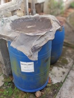 Tong plastik bekas sebagai penampung air hujan (dokumen pribadi)