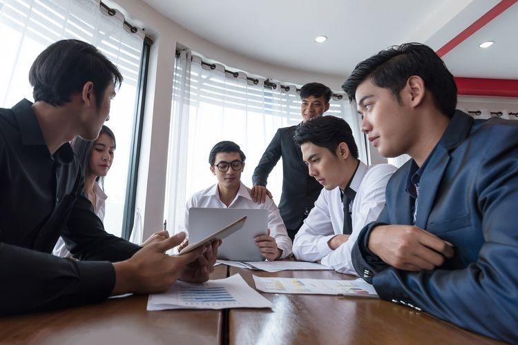 Ilustrasi karyawan dan bos sedang berdiskusi. Sumber: SHUTTERSTOCK/RED MANGO via Kompas.com