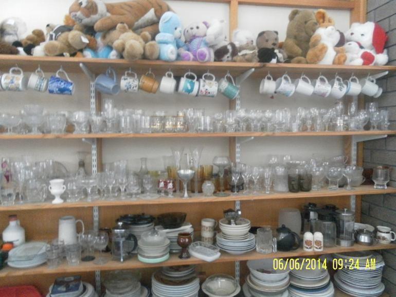 Pajangan piring dan gelas di Ops shop(dok pribadi)