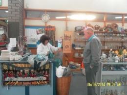 Pengawai oops shop sedang melayani pembeli (dok pribadi)
