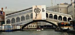 Rialto Bridge yang disponsori Diesel. Sumber: www.venice-information.com