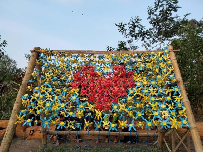 Pemanfaatan botol plastik bekas menjadi spot foto baru oleh KKN UM Desa Pandanmulyo 2021 (Foto oleh: KKN UM 2021)